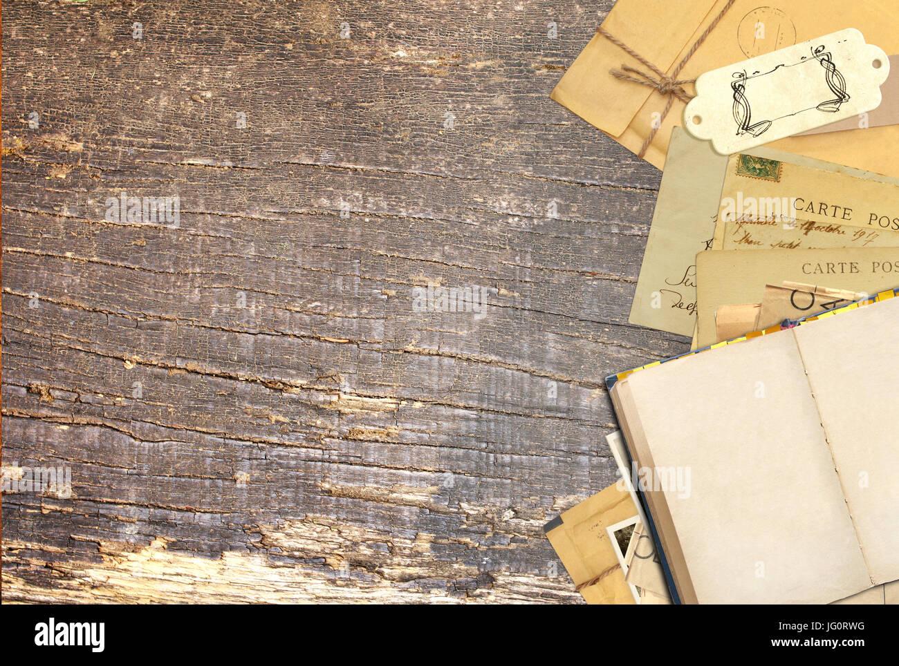 Grunge Background Avec Retro Livre Et Cartes Postales Anciennes Sur La Vieille Planche De Bois Linscription Carte Visite