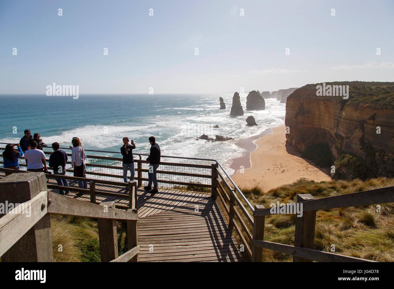 Melbourne, Australie: 8 octobre 2015: profitez de l'Apôtre douze pierres de la mer au coucher Photo Stock