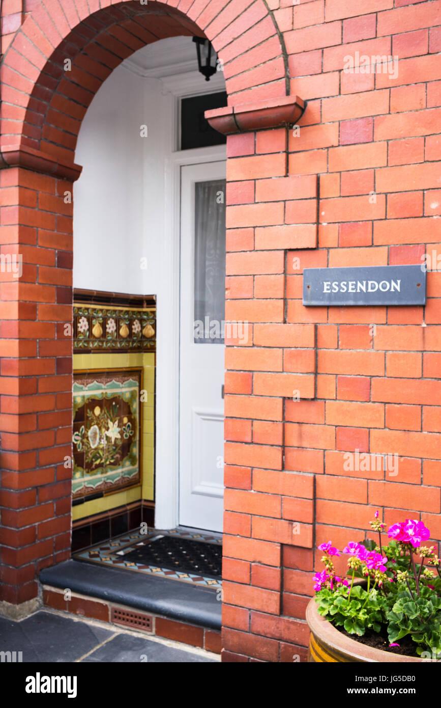 L'une des nombreuses entrées de bienvenue aux maisons à Aberaeron, Ceredigion, pays de Galles, Royaume Photo Stock