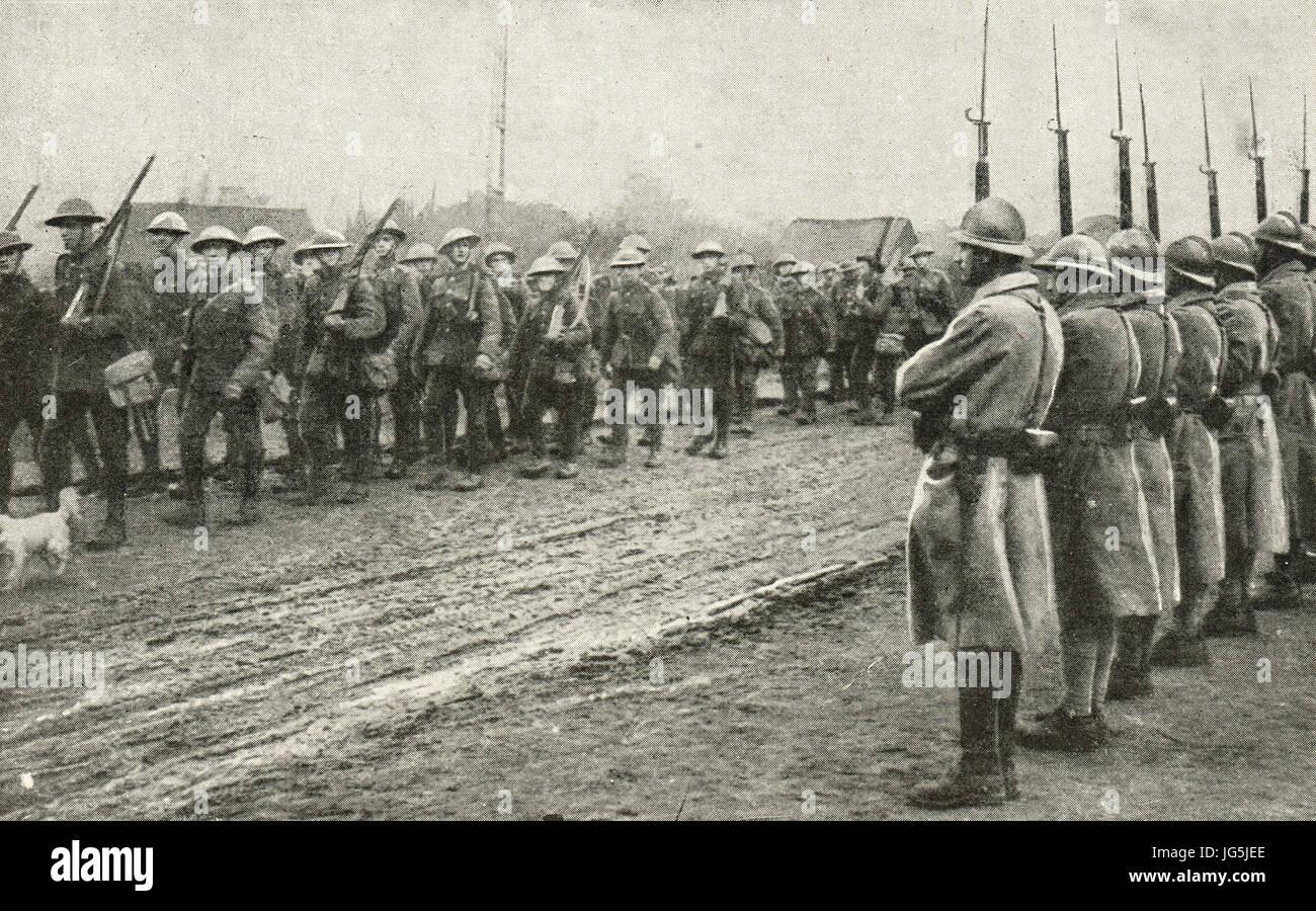 Soldat français guards honneur British camarades, Flandre, 1917 Photo Stock