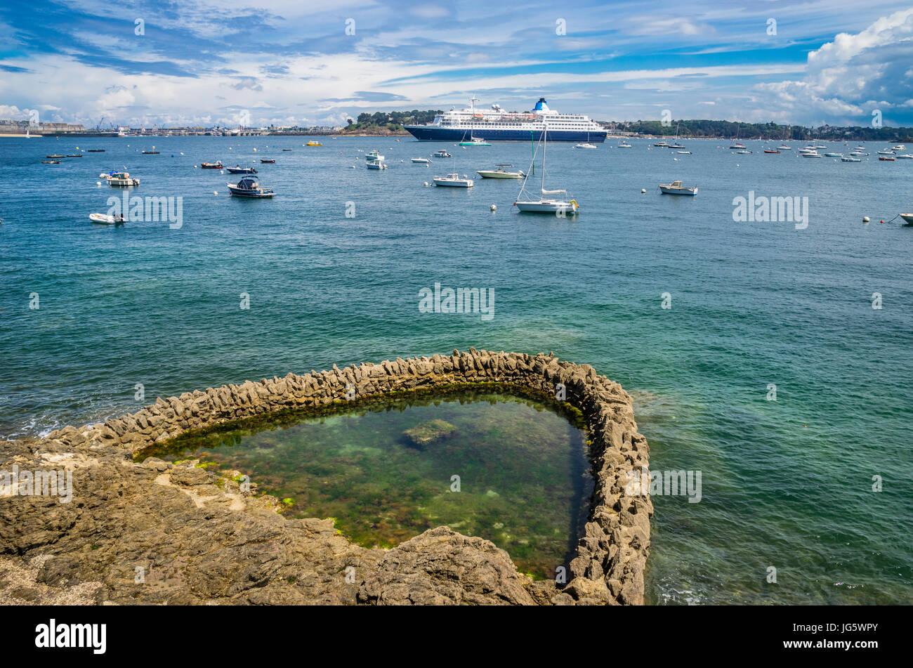 France, Bretagne, Dinard, raz de piscine dans les rochers sur les bords de rance au bord de la promenade du Clair Photo Stock
