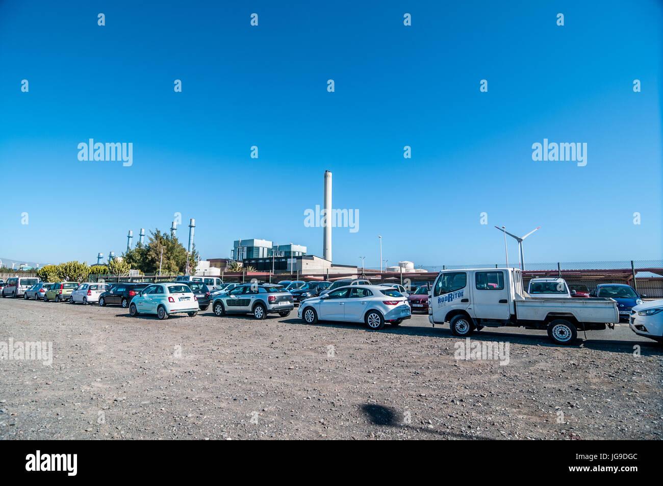 Parking voiture d'une centrale thermique de Barranco de Tirajana à Gran Canaria, Îles Canaries, Espagne Photo Stock