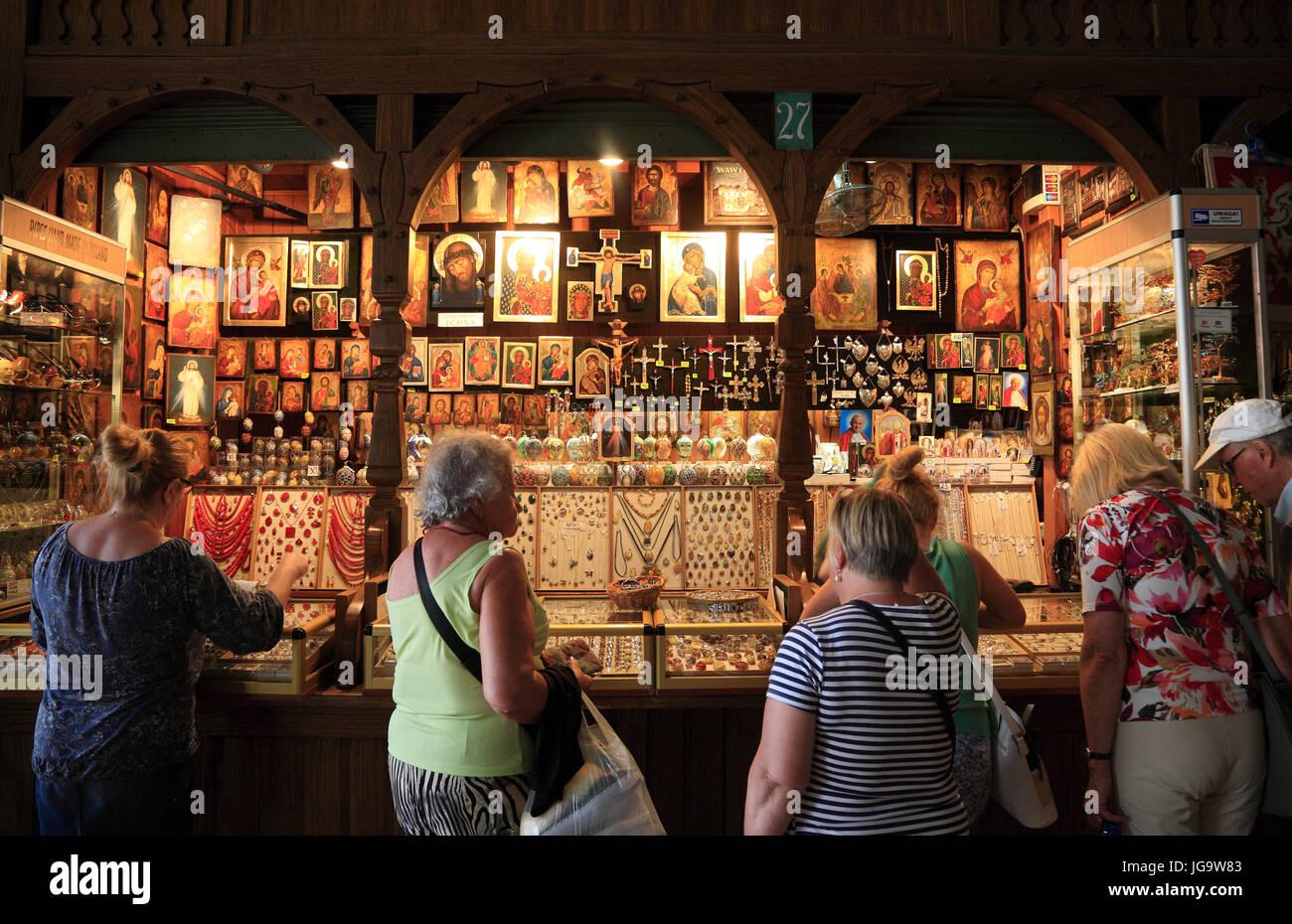 Dans le chiffon Souvenirshops (Halls Sukiennice) à Rynek, Cracovie, Pologne, Europe Photo Stock