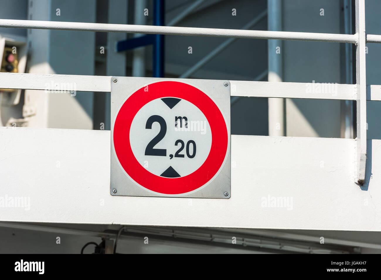 Panneau de circulation de limite de hauteur à l'entrée du ferry-boat Banque D'Images
