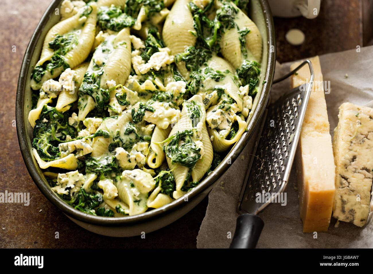 Jumbo ÉPINARDS Pâtes coquillage avec le parmesan et le fromage bleu four prêt bake Photo Stock
