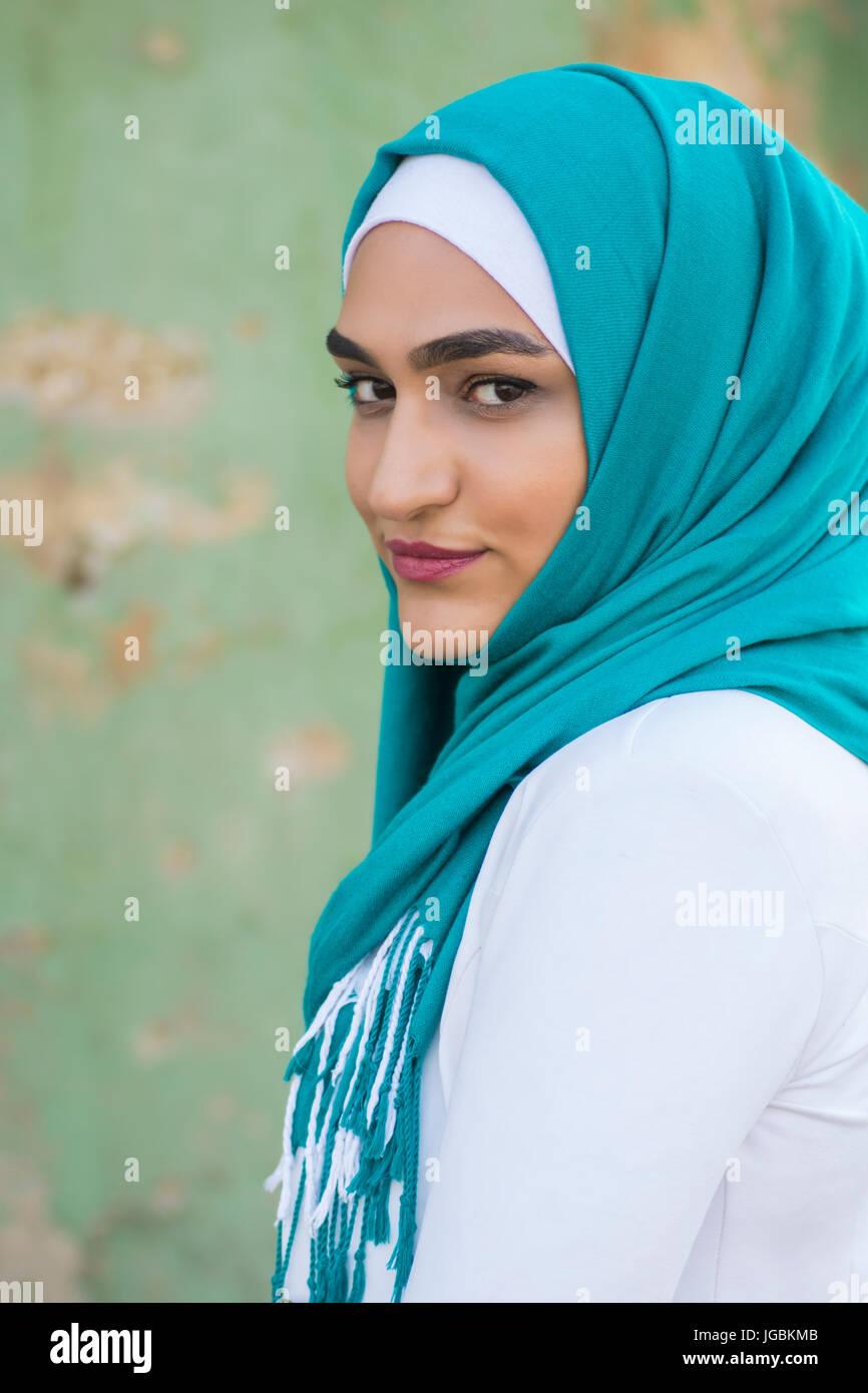 394b76352f9 Portrait d une belle jeune femme musulmane portant le foulard smiling