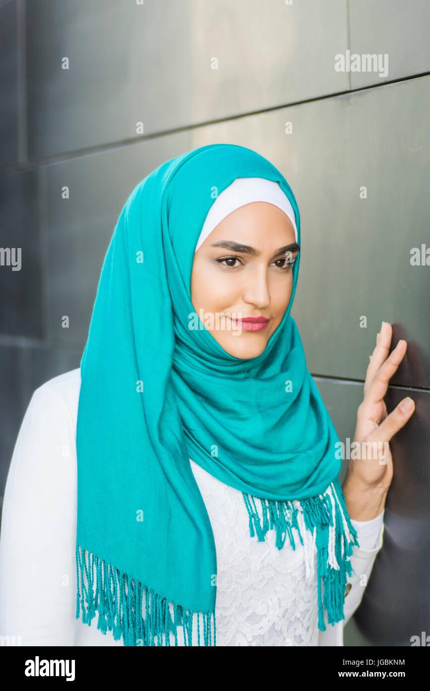 29f1e093916 Portrait d une belle jeune femme musulmane portant un foulard vert à  l extérieur