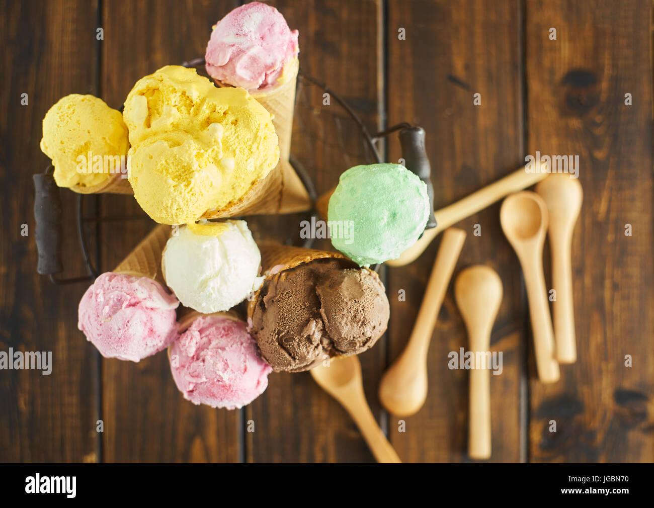 Vue de dessus de cornets à crème glacée Photo Stock