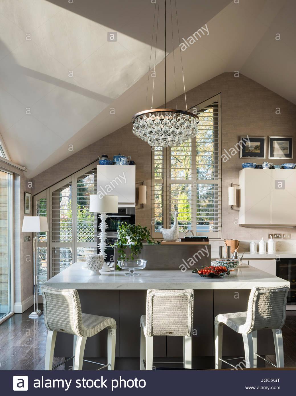 Pendentif ampoule au-dessus d'un comptoir à petit-déjeuner dans une cuisine du berceau Photo Stock