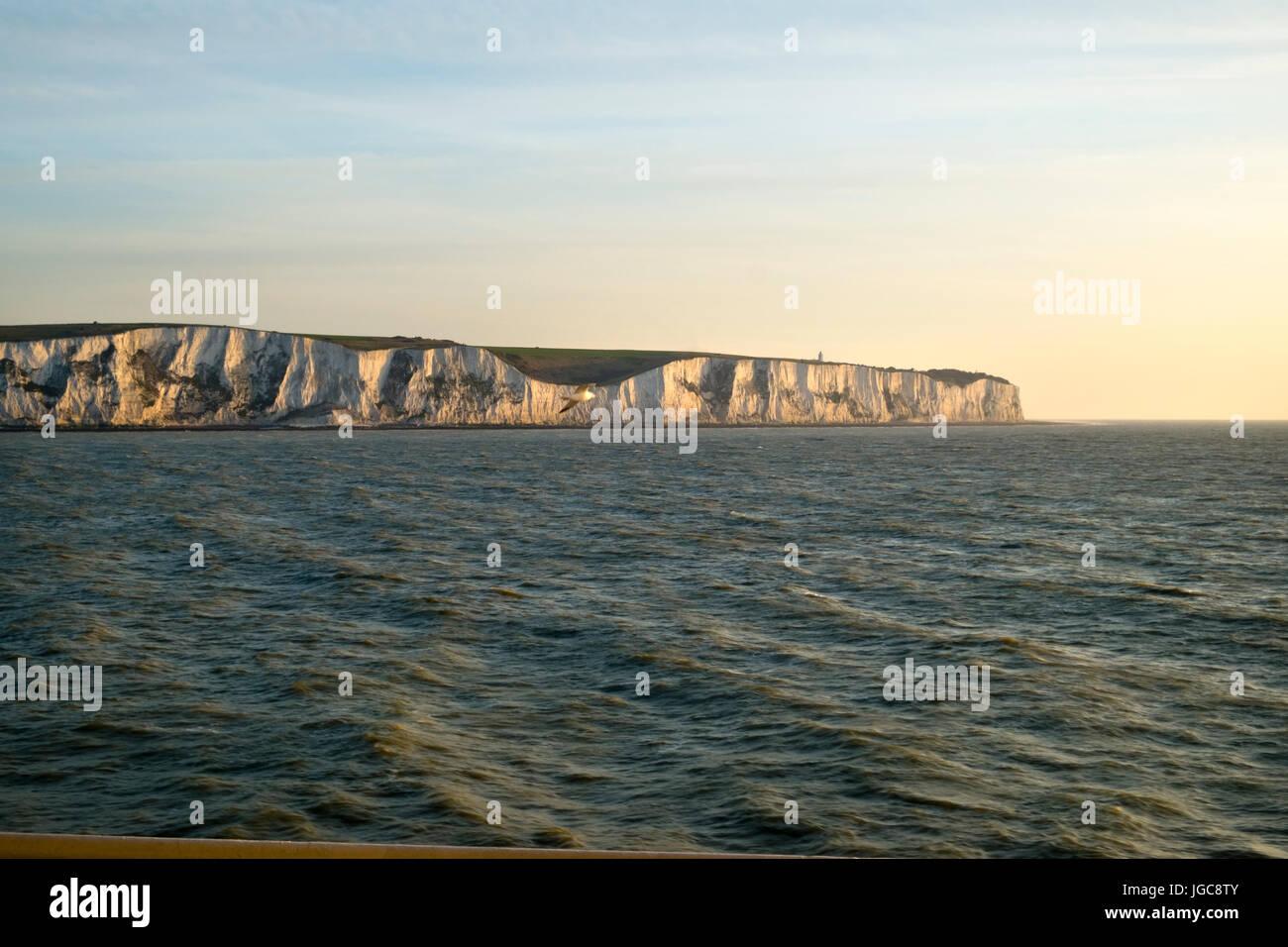 Un matin tôt cross channel ferry passe les falaises blanches de Douvres, Kent, UK en direction de Calais, France. Banque D'Images