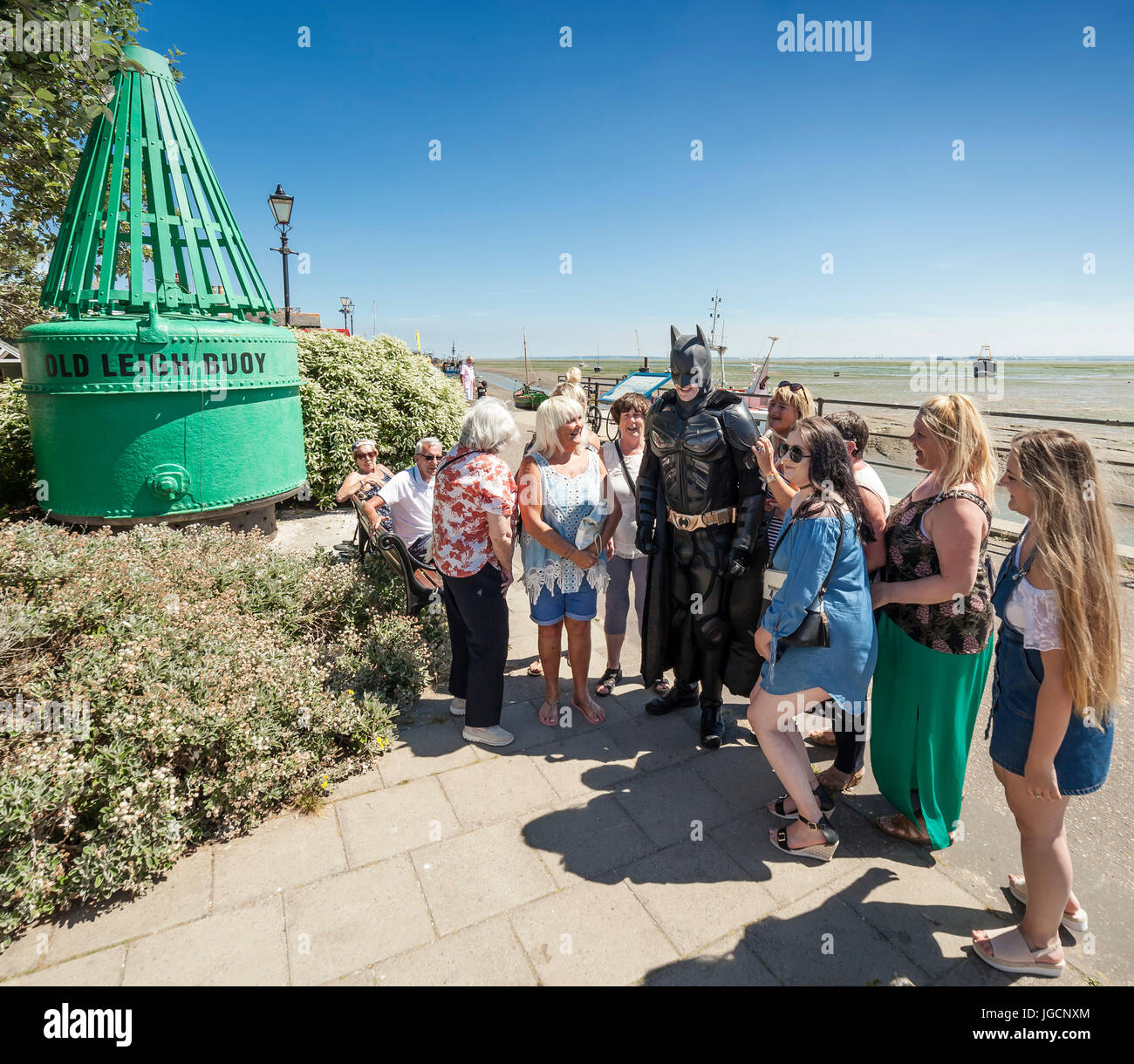 Leigh on Sea, Southend on Sea, Essex, Angleterre, Royaume-Uni. 5 juillet, 2017. Un homme habillé en costume Photo Stock