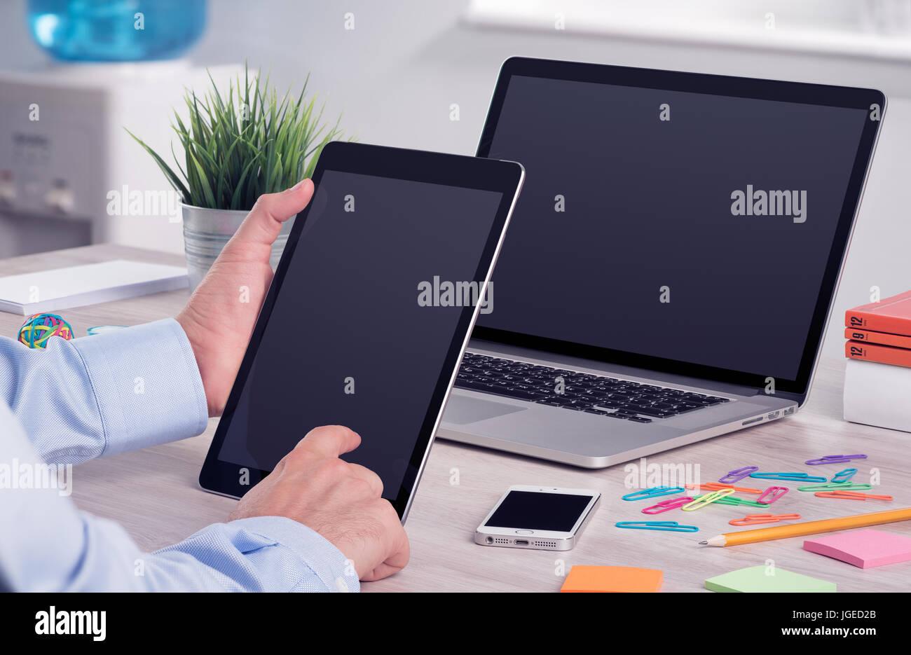 Businessman holding et travailler avec digital tablet pc bureau