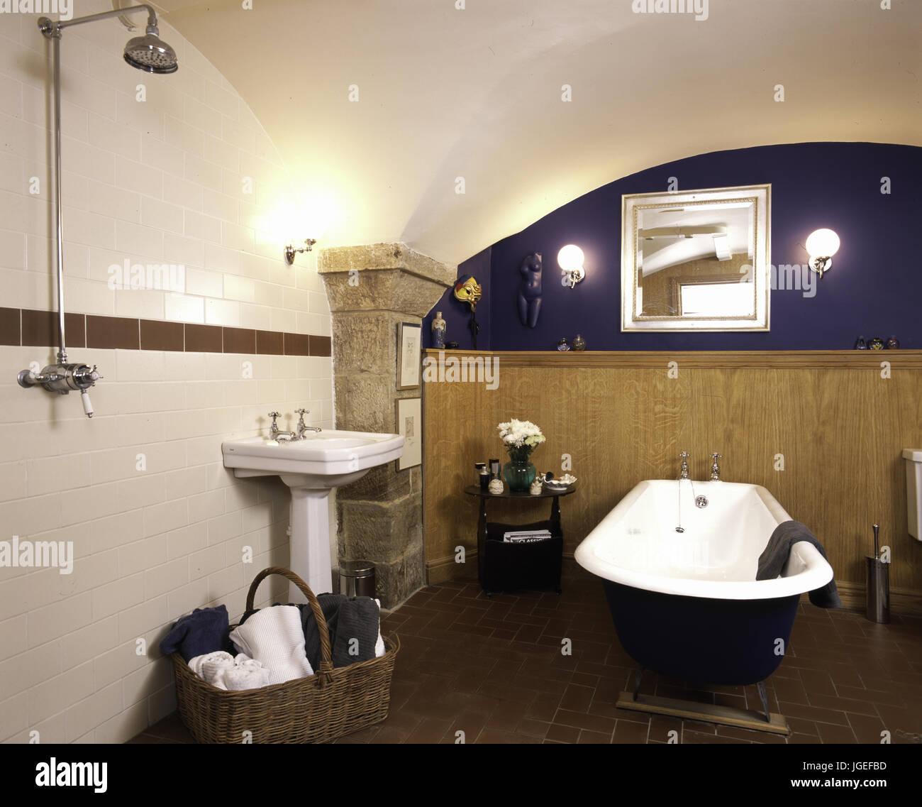Baignoire sur pied et douche séparée dans la petite salle de bains ...