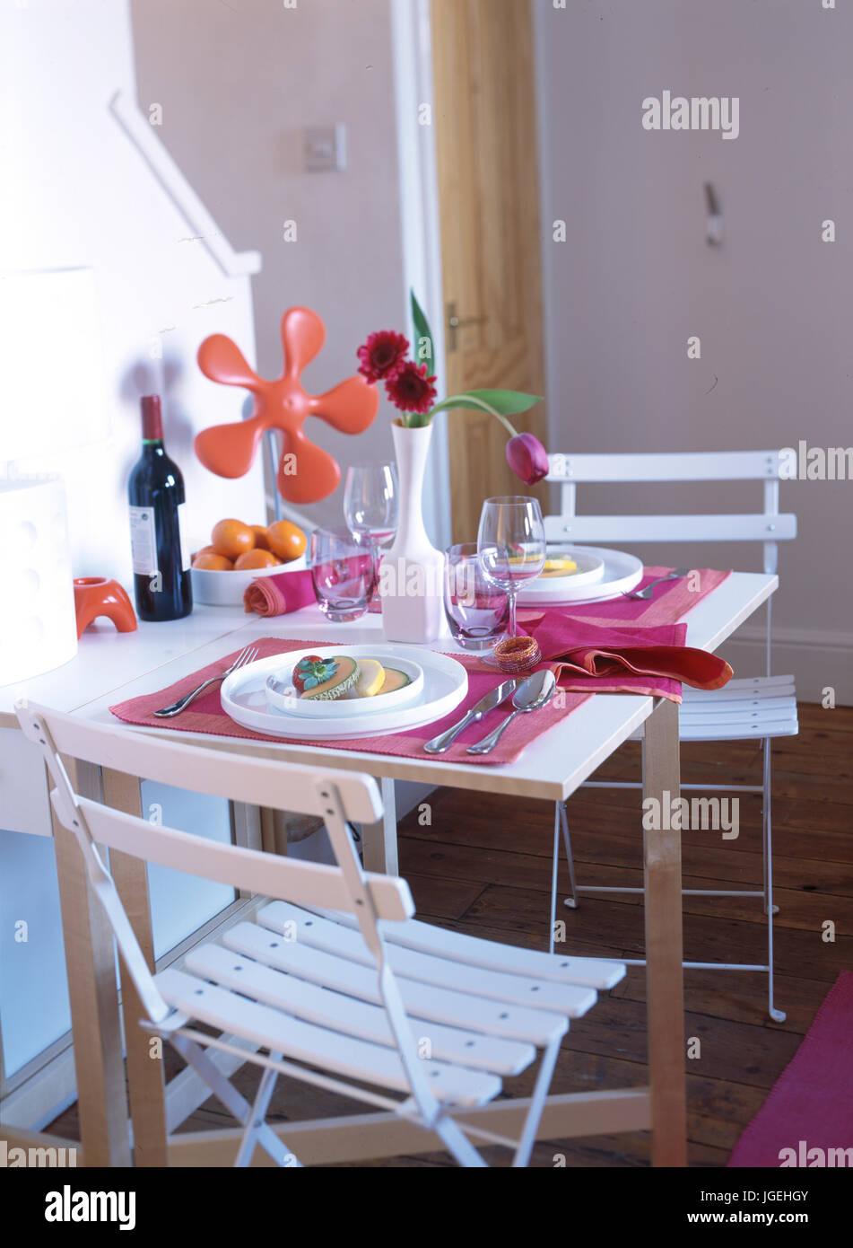 Chaises de jardin et d\'une petite table pour deux dans le ...