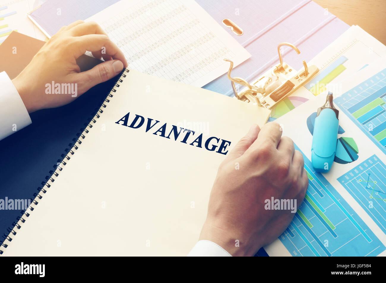 Manager en tenant livre avec nom Avantage. Photo Stock