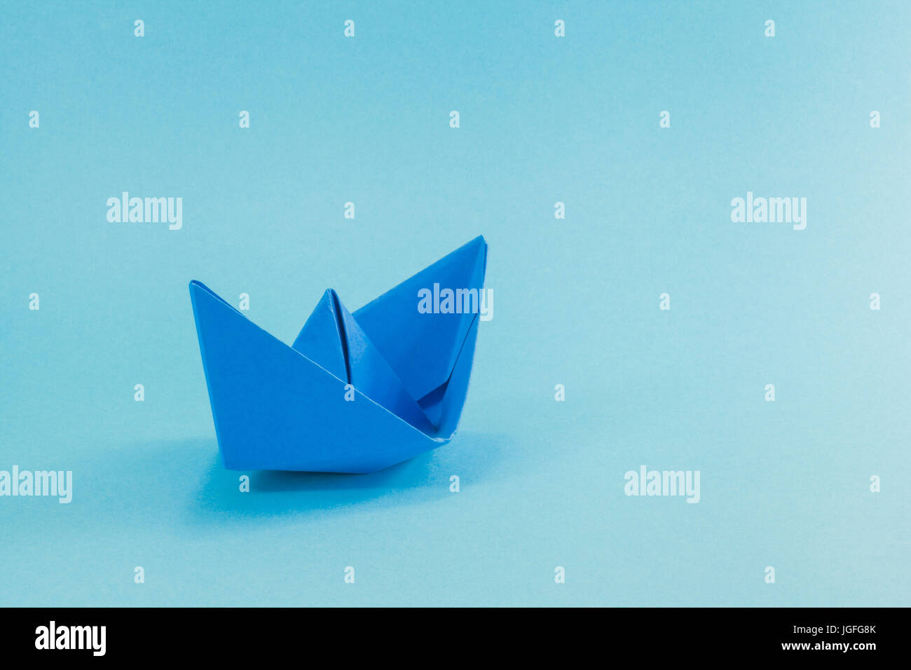 Bateau En Papier Bleu Cyan Sur L Arriere Plan Photo Stock Alamy