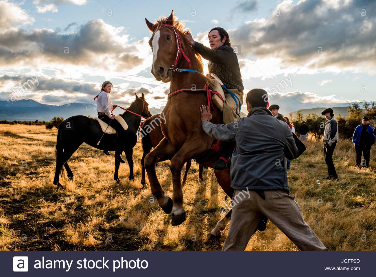 Se préparer pour une course de chevaux au cours d'une Jineteada ou sauvages Festival festival de l'équitation Photo Stock