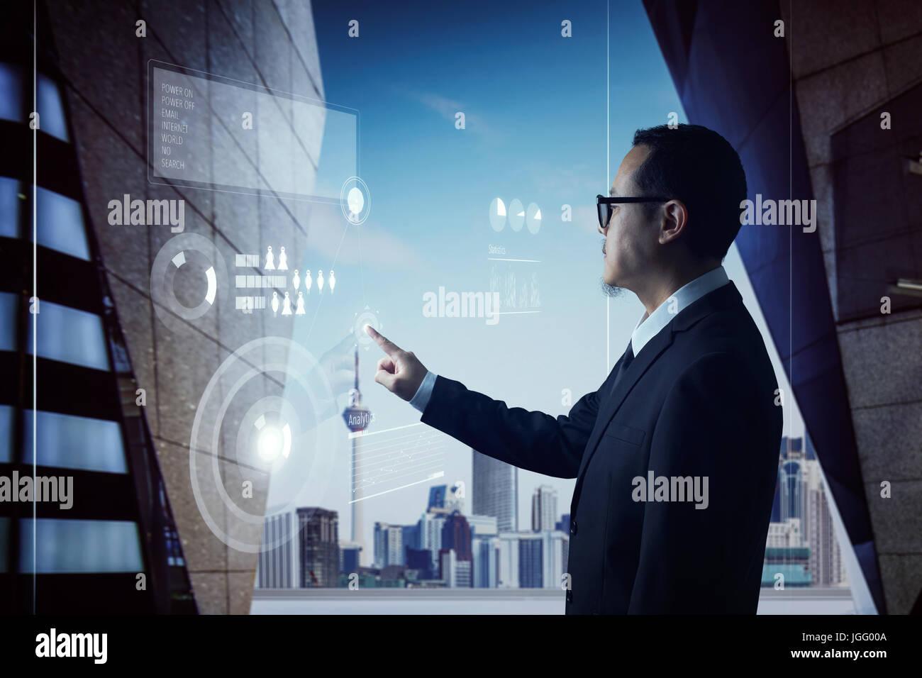 Homme d'affaires intelligent en utilisant les technologies modernes de l'analyste marketing et finance, de plus Banque D'Images