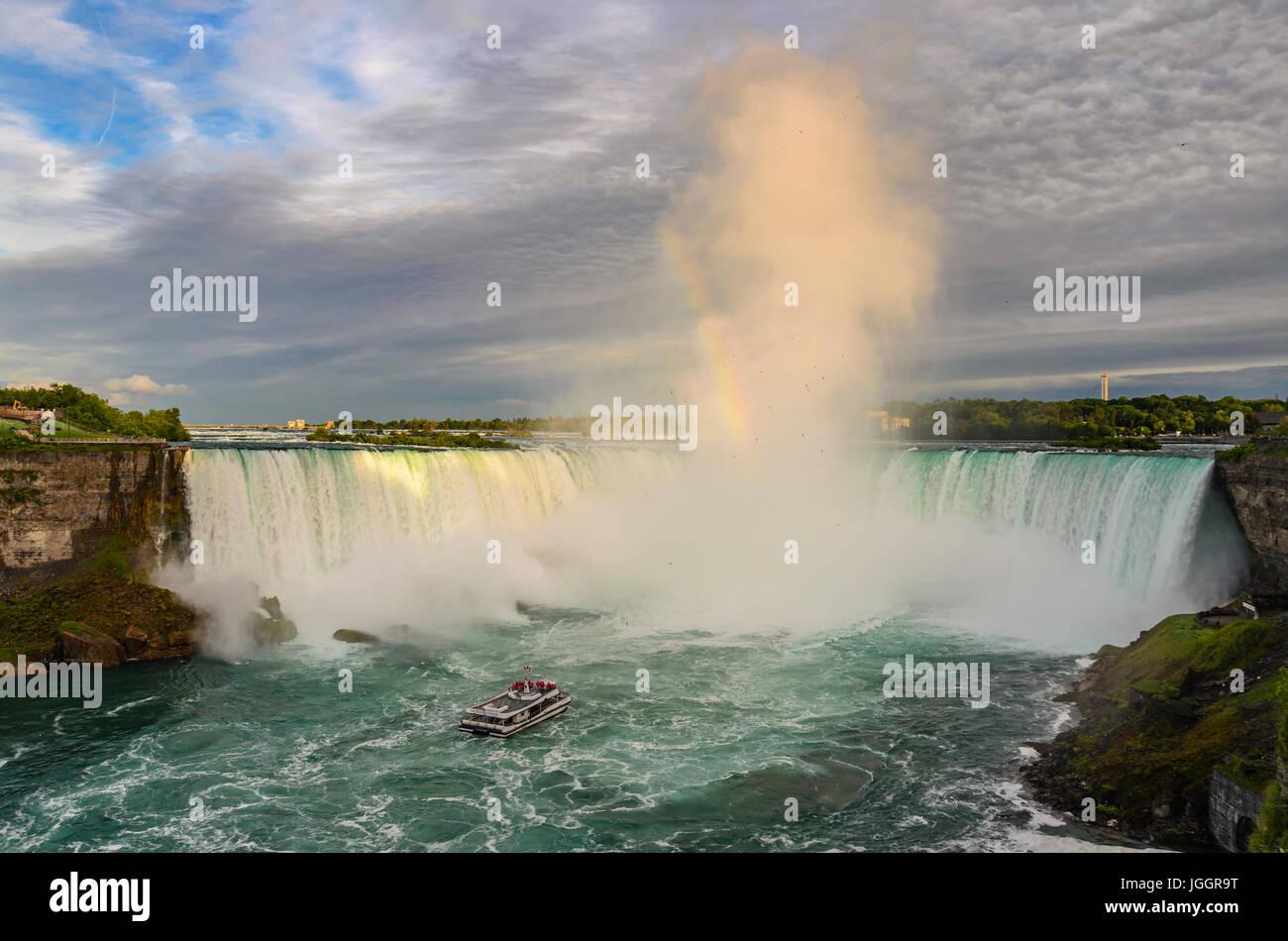 Les étonnantes chutes du Niagara au coucher du soleil. Les chutes canadiennes de l'Ontario, Canada Banque D'Images