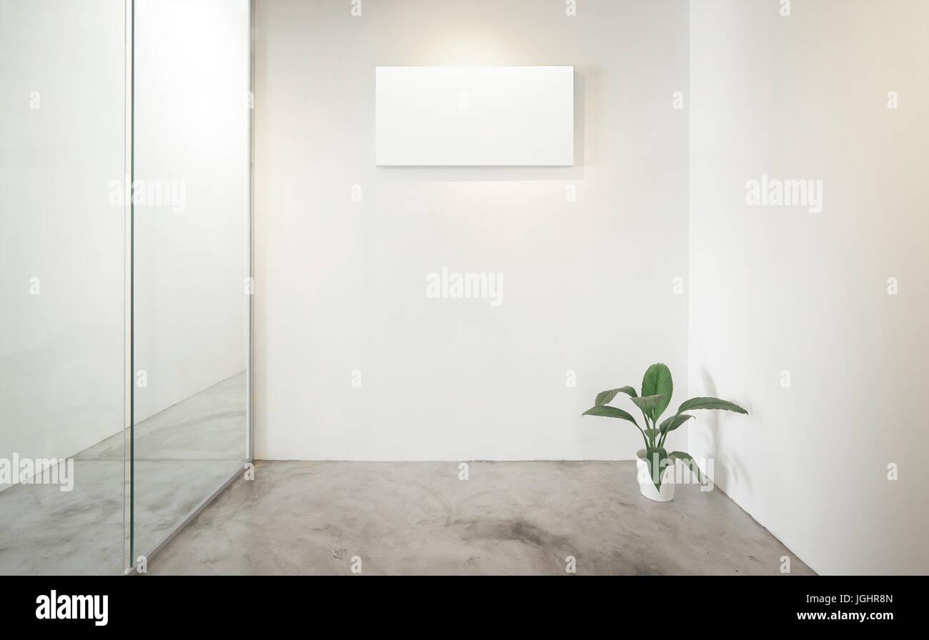 Bureau vide chambre fenêtre en verre à gauche plante verte à