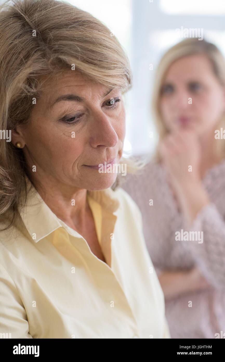 Serious Mature femme avec sa fille adulte à la maison Photo Stock