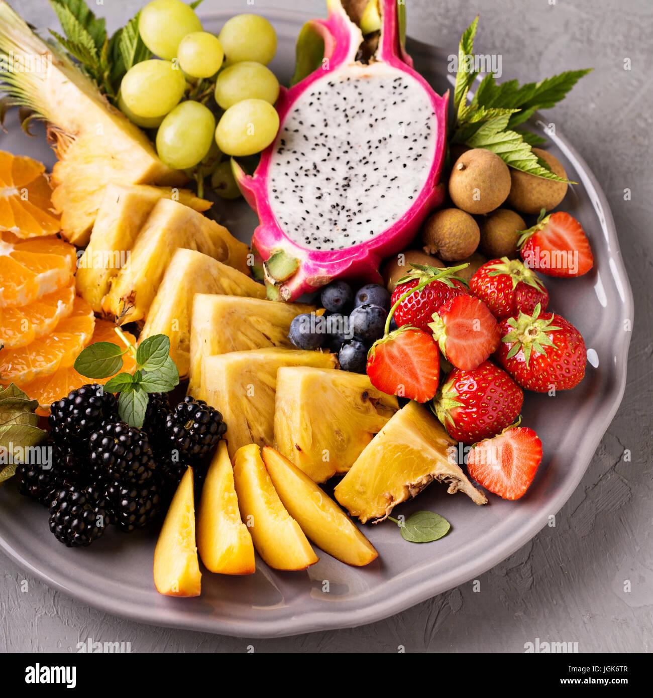 Sur un plateau de fruits exotiques Photo Stock