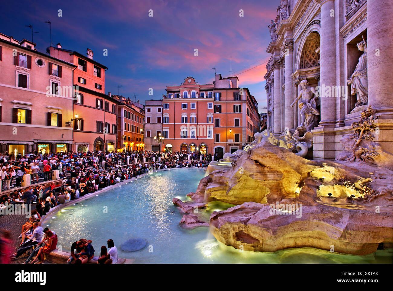 Nuit qui tombe à Fontana di Trevi, Rome, Italie Photo Stock