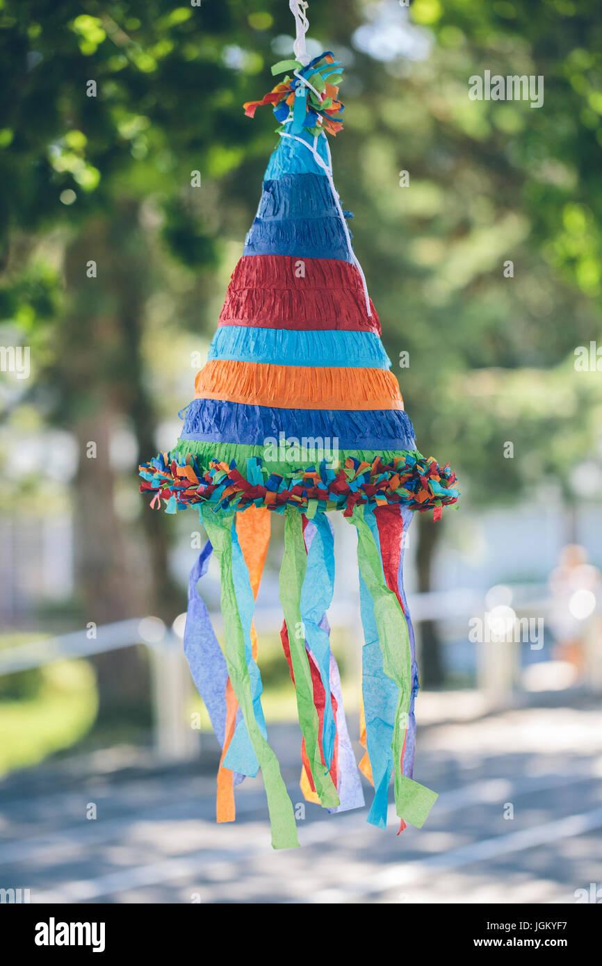 Pinata en forme de cône coloré Banque D'Images