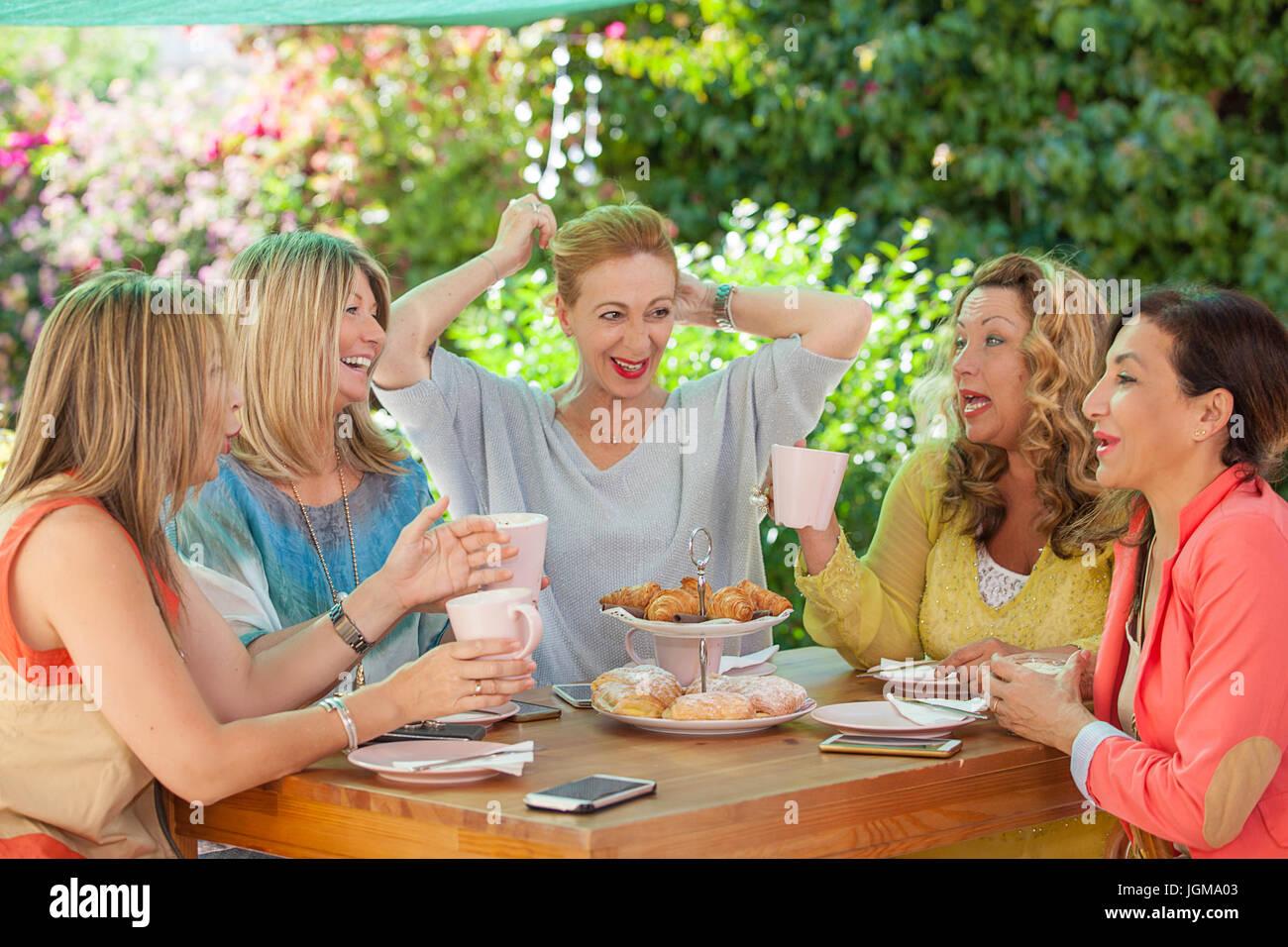 Groupe de femmes réunion d'amis pour le café. et des gâteaux Photo Stock -  Alamy