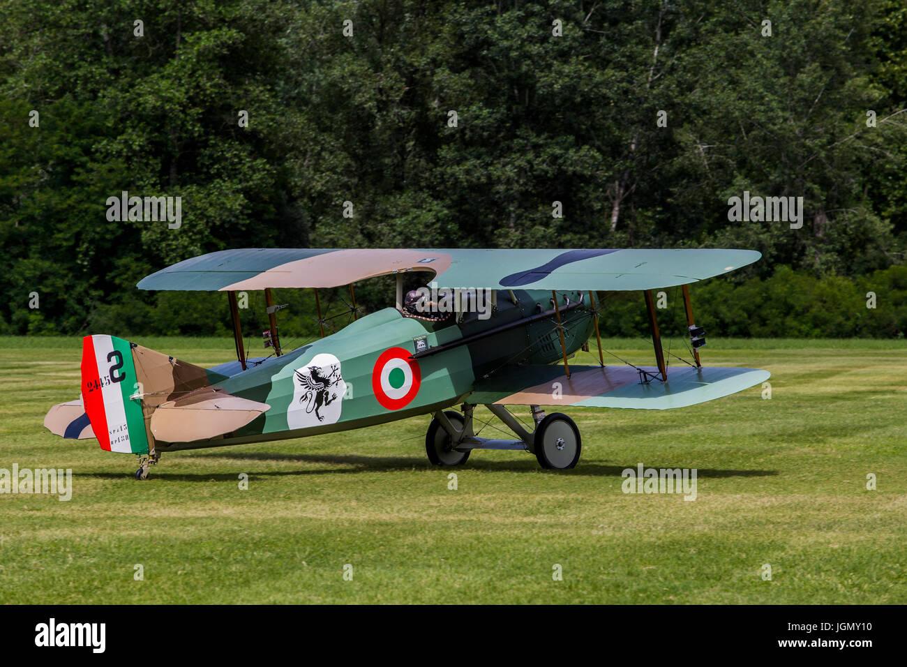 Spad XIII biplan S réplique à partir de la première guerre mondiale sur une prairie. Banque D'Images