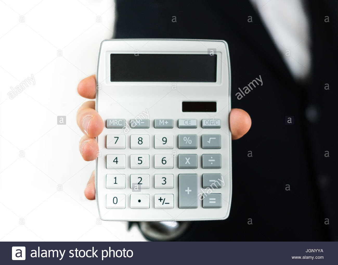 Homme d'affaires à l'aide d'une calculatrice Photo Stock