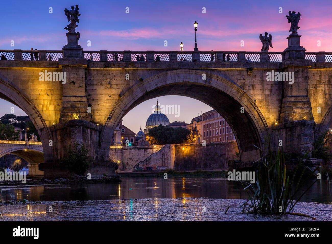 La basilique Saint Pierre avec Sant'Angelo's Bridge au coucher du soleil au Tibre, Rome, Italie Photo Stock