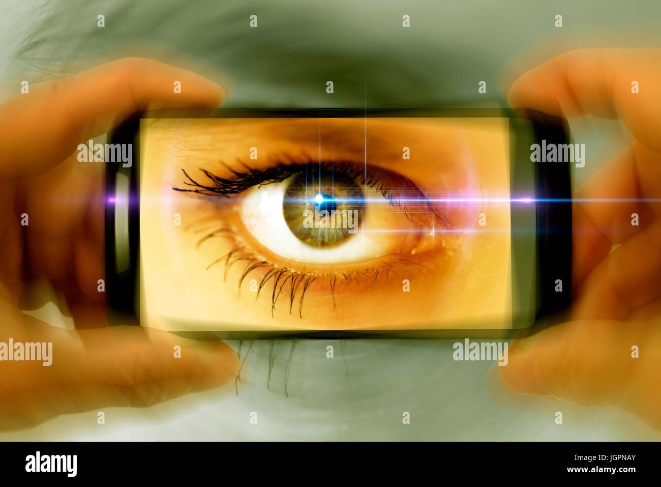 A woman's eye dans un appareil photo téléphone mobile, gawker Photo Stock