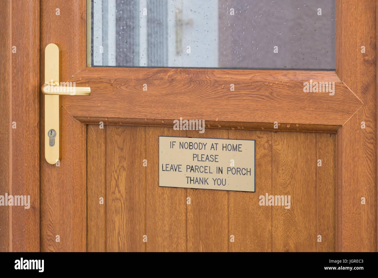 Magasinage en ligne des problèmes avec la livraison de colis - colis laissés dans l'emplacement non Photo Stock