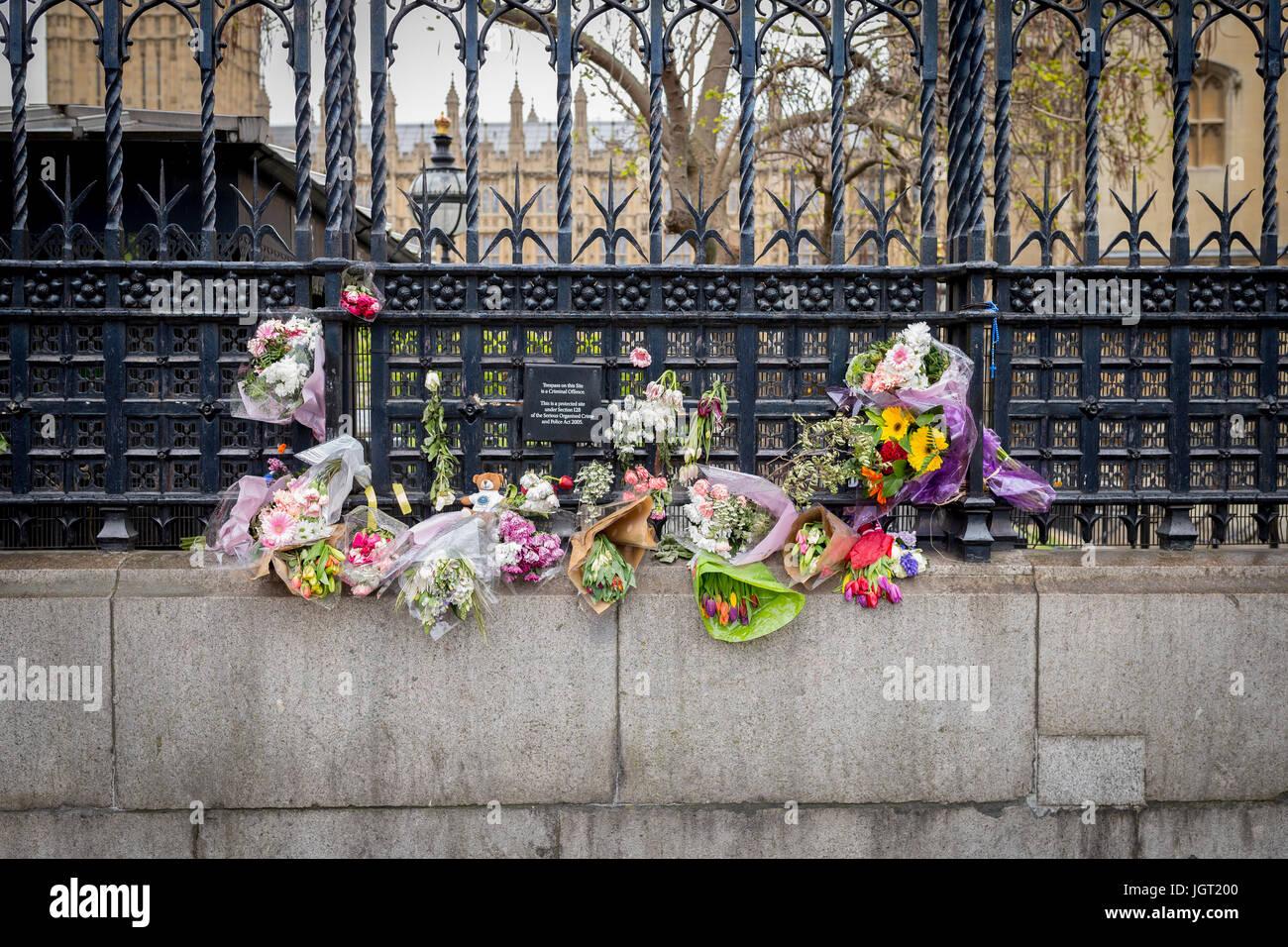 Fleurs et tributs floraux laissés à l'extérieur de la porte du chariot des Chambres du Parlement à la mémoire des 22 victimes d'attaque terroriste de Londres Mars Banque D'Images