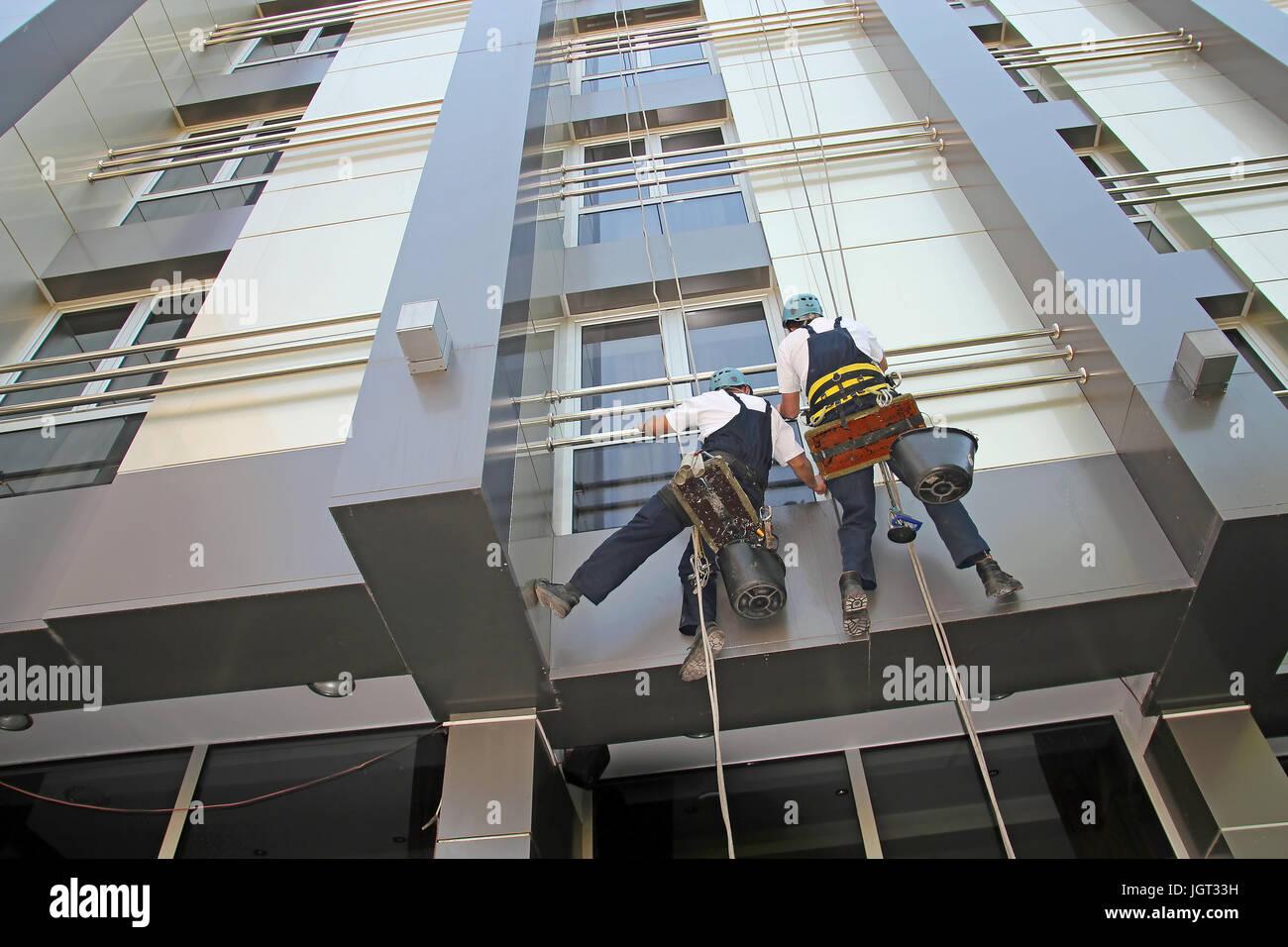 Nettoyage de fenêtres et de façades. Services de nettoyage du verre. Photo Stock