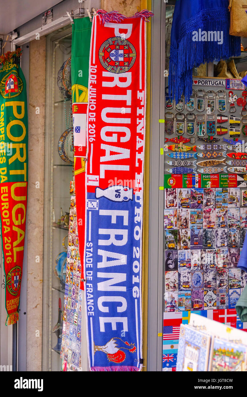 différents types de prix incroyables modèles à la mode Portugal Les écharpes à un magasin de souvenirs à Lisbonne ...