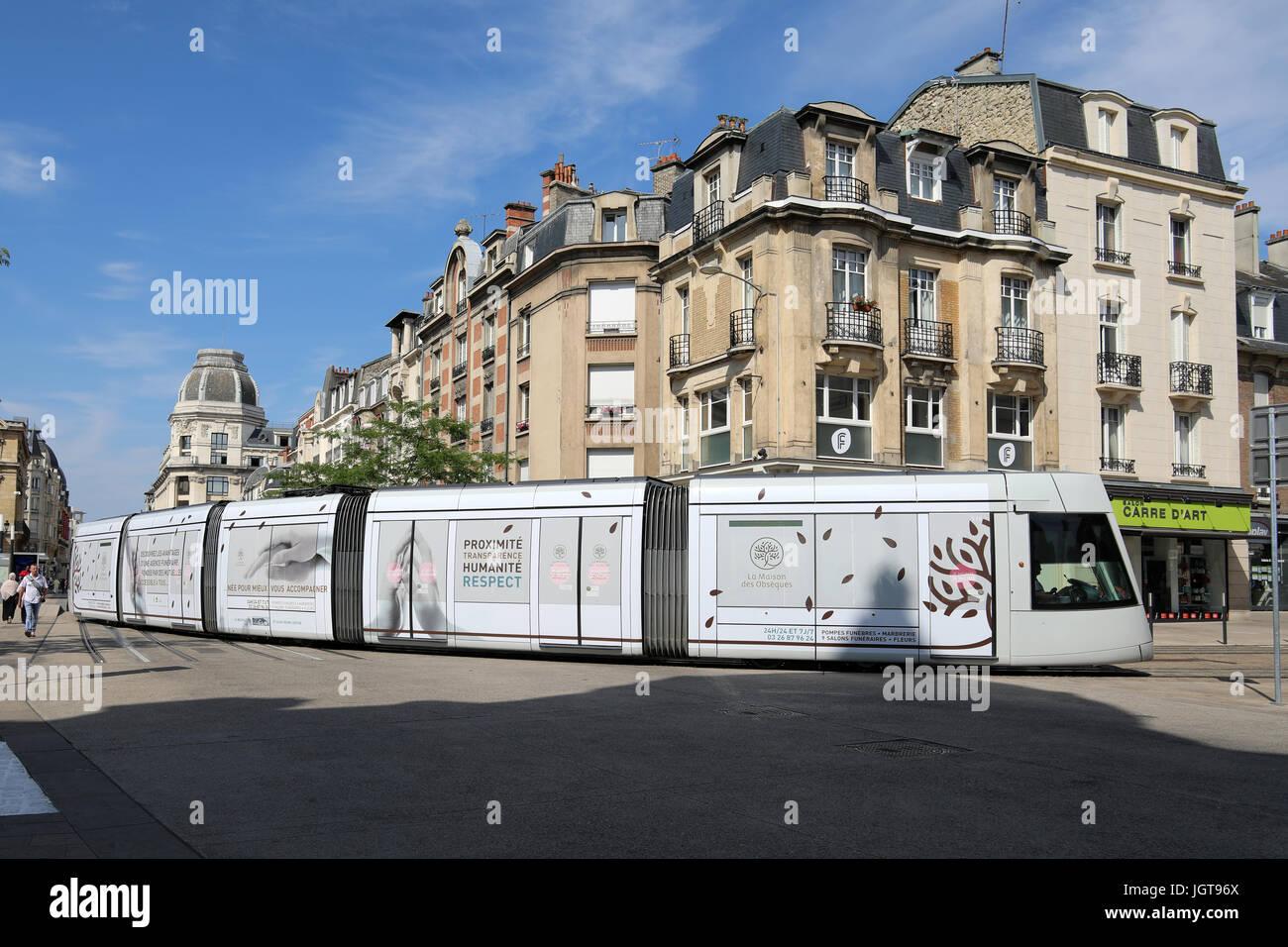 Un tram tours de la Place Myron Herrick sur le cours Jean-Baptiste Langlet dans le centre de Reims, France. Banque D'Images