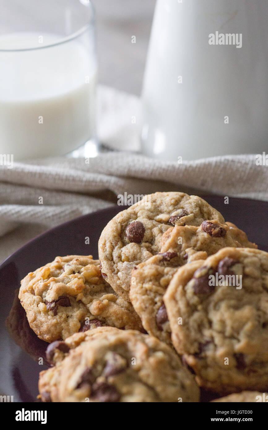 Les cookies et un verre de lait sur toile serviette Photo Stock