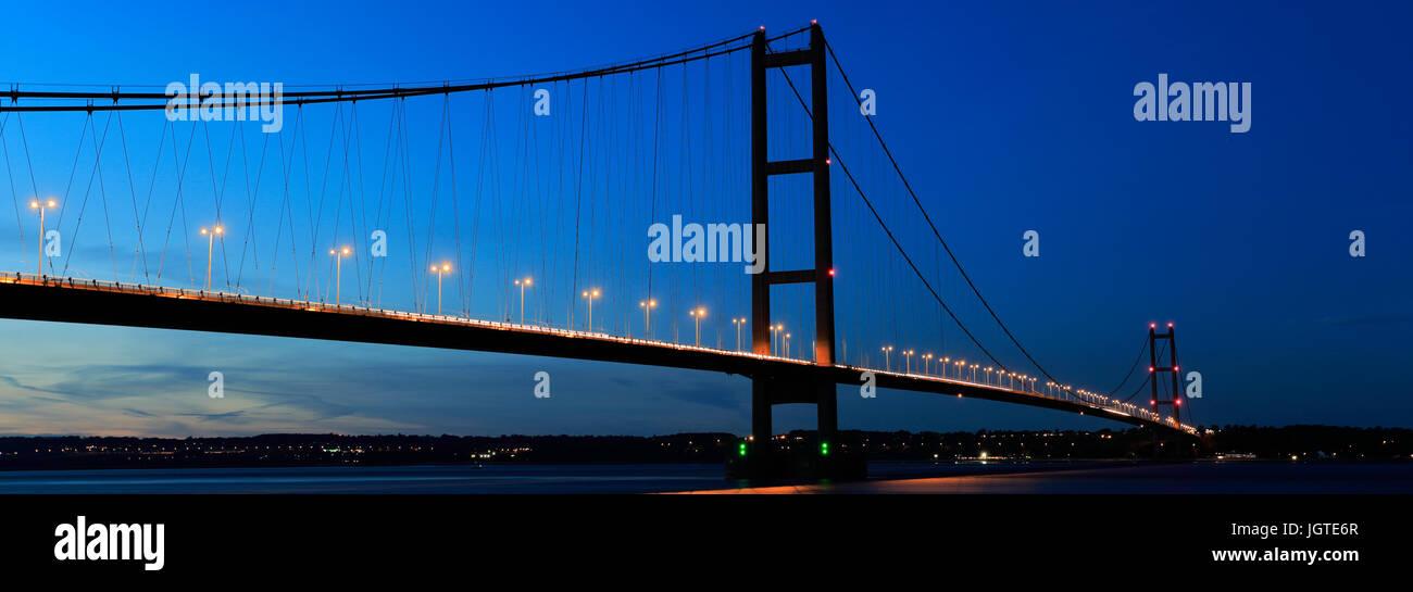Le Humber Bridge at night, de Barton-upon-Humber côté village, East Riding of Yorkshire, Angleterre Photo Stock