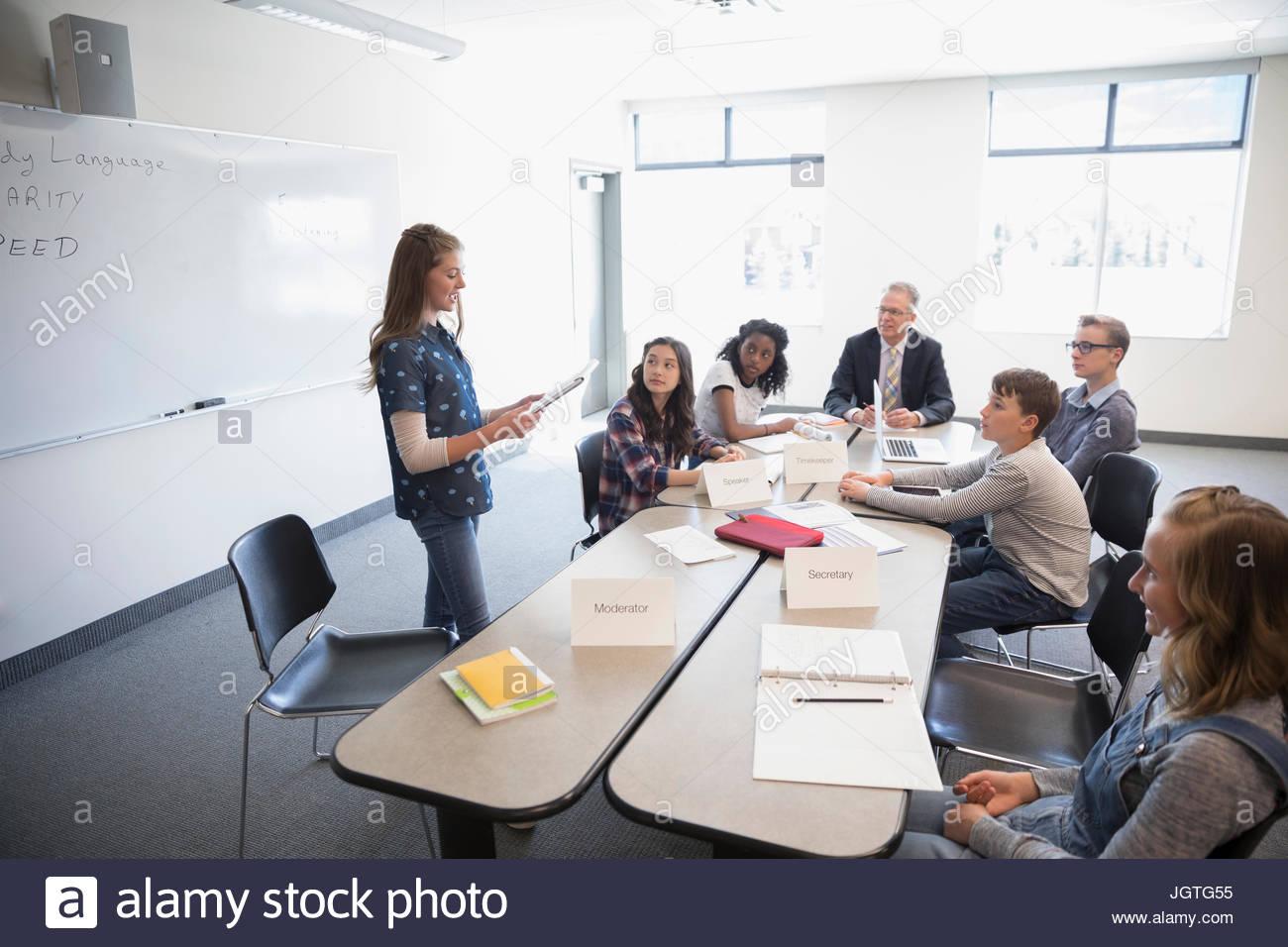 Girl middle school student parlant en débat en classe club Photo Stock
