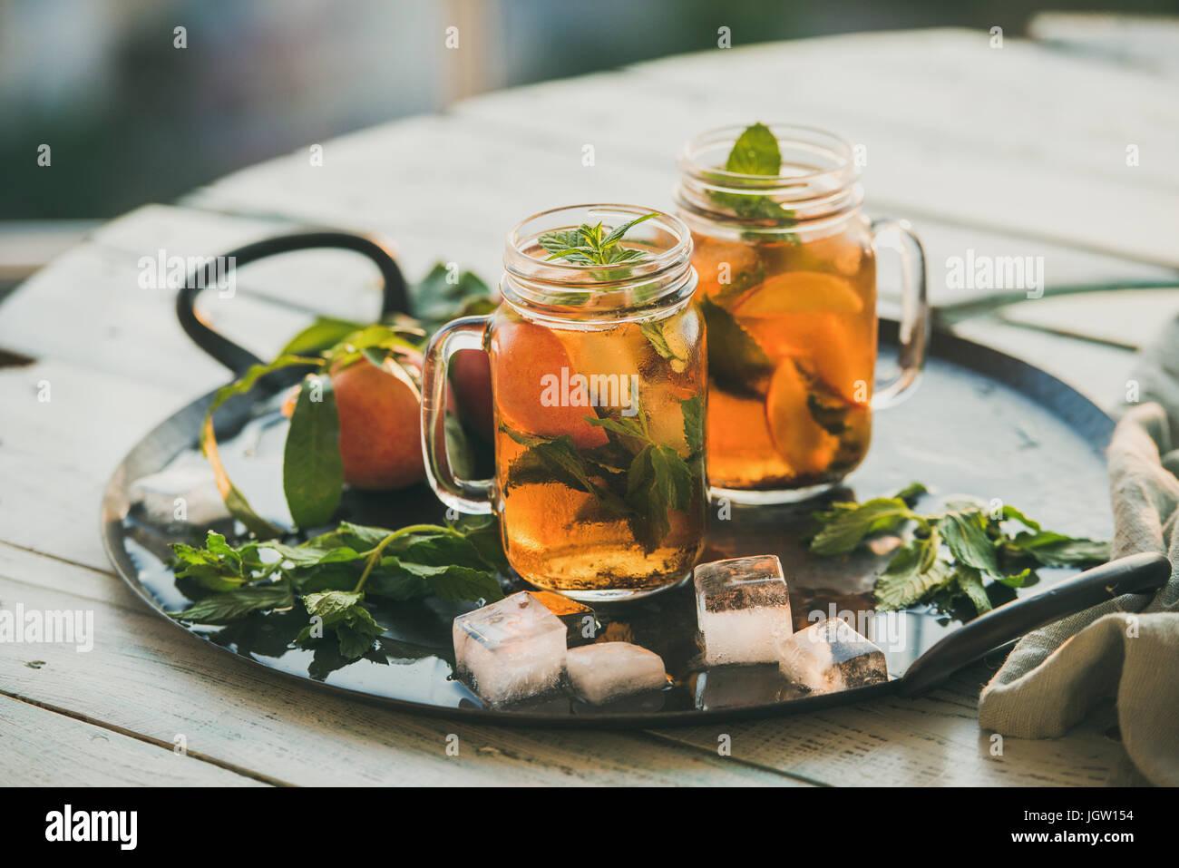 Rafraîchissant de l'été thé glacé pêche froid sur table en bois Photo Stock