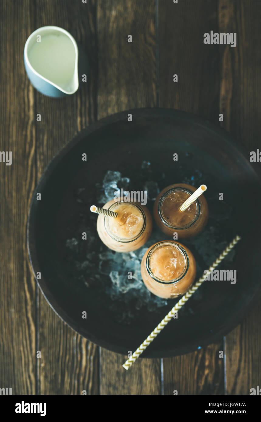Thé glacé thaïlandais à froid avec du lait, vue du dessus, flatlay Photo Stock