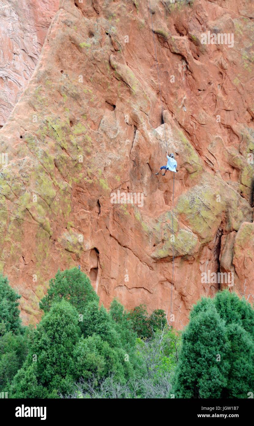 Rock climber au Jardin des Dieux, Colorado Springs, Colorado, États-Unis Banque D'Images