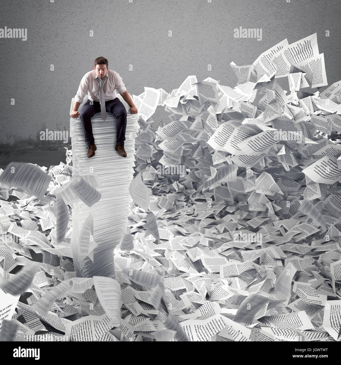 Businessman avec feuille de papier n'importe où. Enterré par la bureaucratie concept. Photo Stock