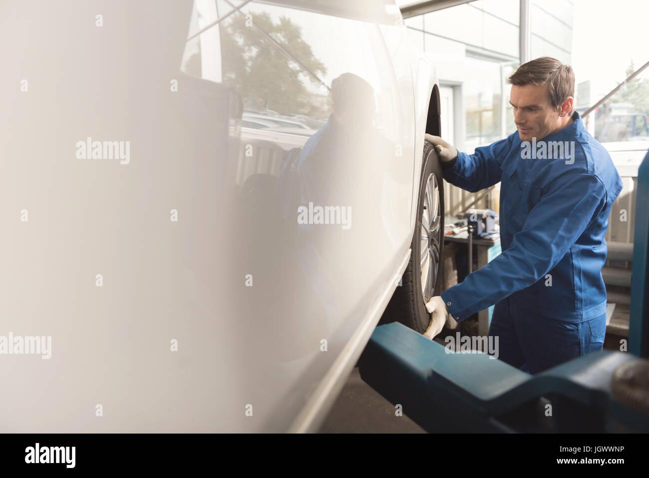 Du vrai pro. Les vaillants attentif en s'assurant que les pièces automobiles spécialiste travaillant Photo Stock