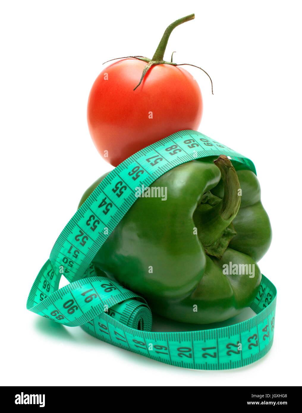 Régime idéal paire de poivrons verts (bulgare) et la tomate isolé sur blanc. Photo Stock