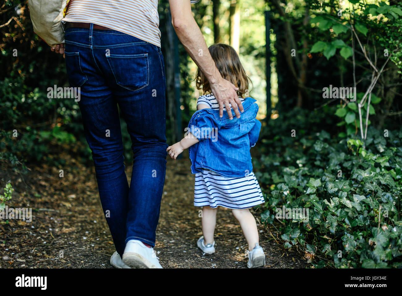Père et petite fille profiter de la nature à pied Photo Stock