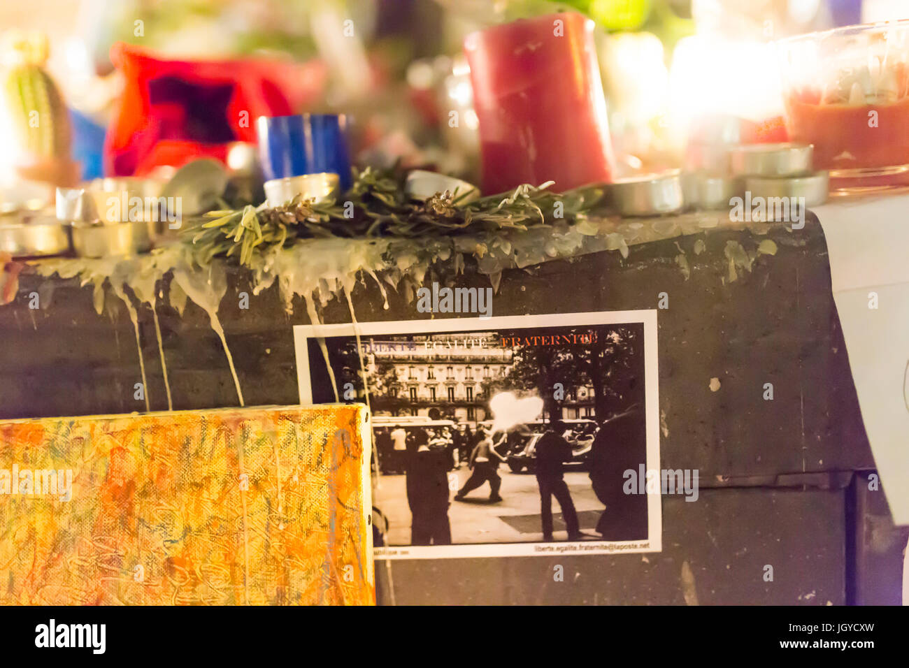 Devise française sur une carte postale. Hommage spontané à des victimes des attaques terroristes Photo Stock