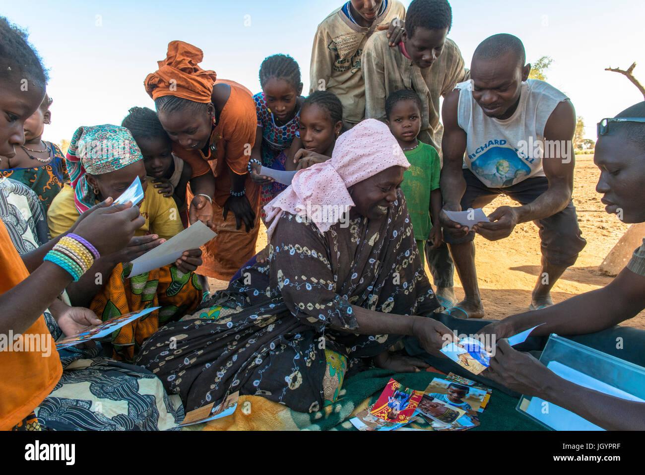 Les villageois africains à la recherche de photographies d'eux-mêmes. Le Sénégal. Photo Stock